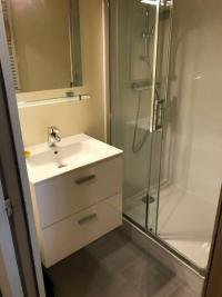 rénovation et transformation d'une salle de bain en salle de douche dans un appartement DEAUVILLE 14800