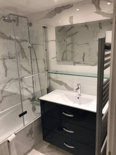 La SARL LE BRUN -TURGIS a rénovée entièrement un salle de bains en marbre à DEAUVILLE 14800 dans un appartement