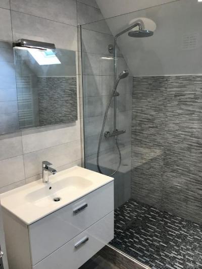 Rénovation entière d'une salle de bain en salle d'eau avec douche type italienne dans une maison à TOUQUES 14800