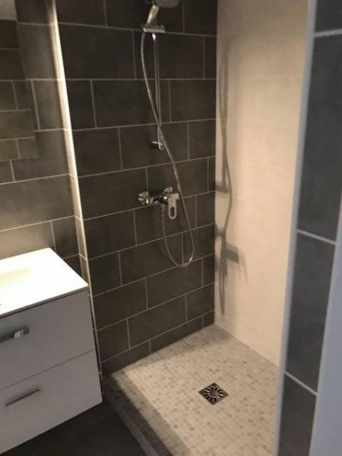 Création d'une salle de douches à l'italienne dans un studio à BENERVILLE SUR MER 14910