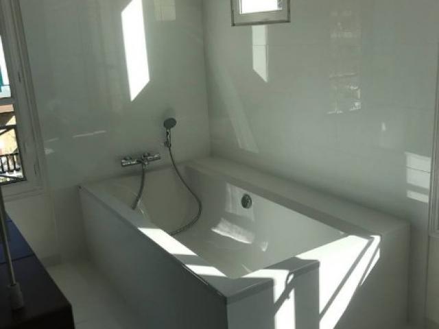 Rénovation d'une salle d'eau avec baignoire et douche à l'italienne dans une villa à DEAUVILLE 14800